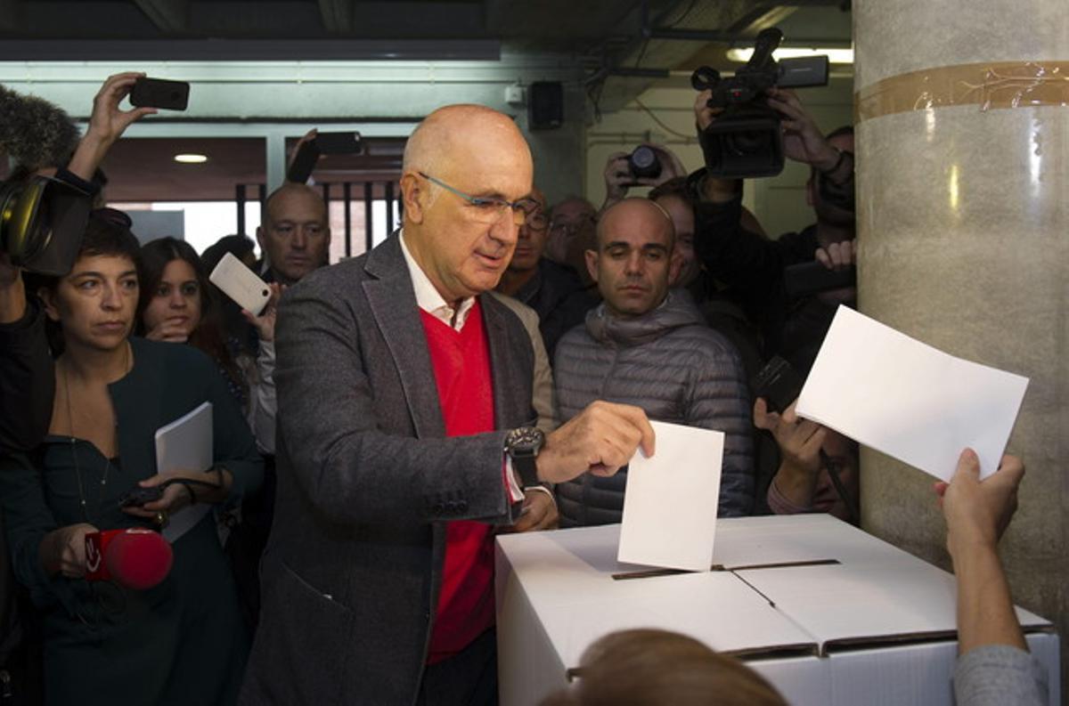 El líder de Unió, Josep Antoni Duran Lleida, vota en la Escola Orlandai de Barcelona.