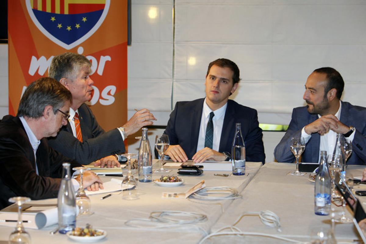 Albert Rivera, junto a sus compañeros de Ciutadans, este lunes.