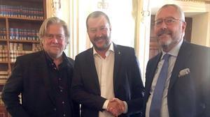 De izquierda a derecha, Steve Bannon,Matteo Salvini yMichael Modrikamen, líder del Partie Populaire belga.
