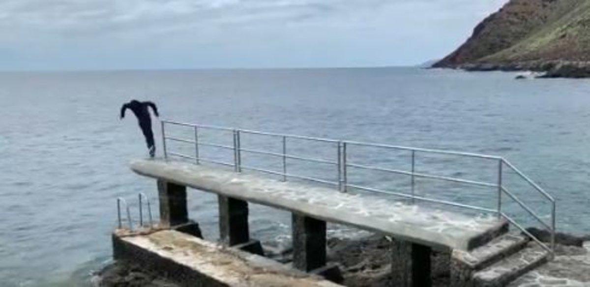 La surrealista campaña de un candidato a alcalde: posa en silencio y se tira de cabeza al mar