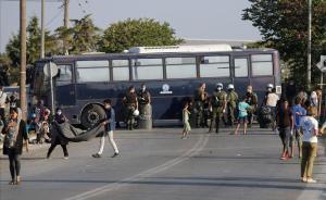 La policia grega força els refugiats de Mória a anar al nou camp temporal