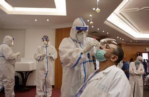 Un trabajdor sanitario realiza una prueba de coronavirus en Líbano.