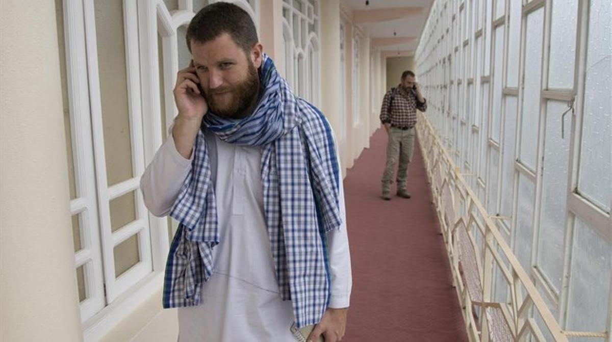 David Beriain,en un hotel de Herat Afganistan junto con el periodista del EL PERIÓDICO Marc Marginedas, al fondo.