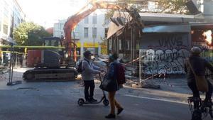 Trabajos de retirada de las carpas del mercado de Sant Antoni, este sábado.