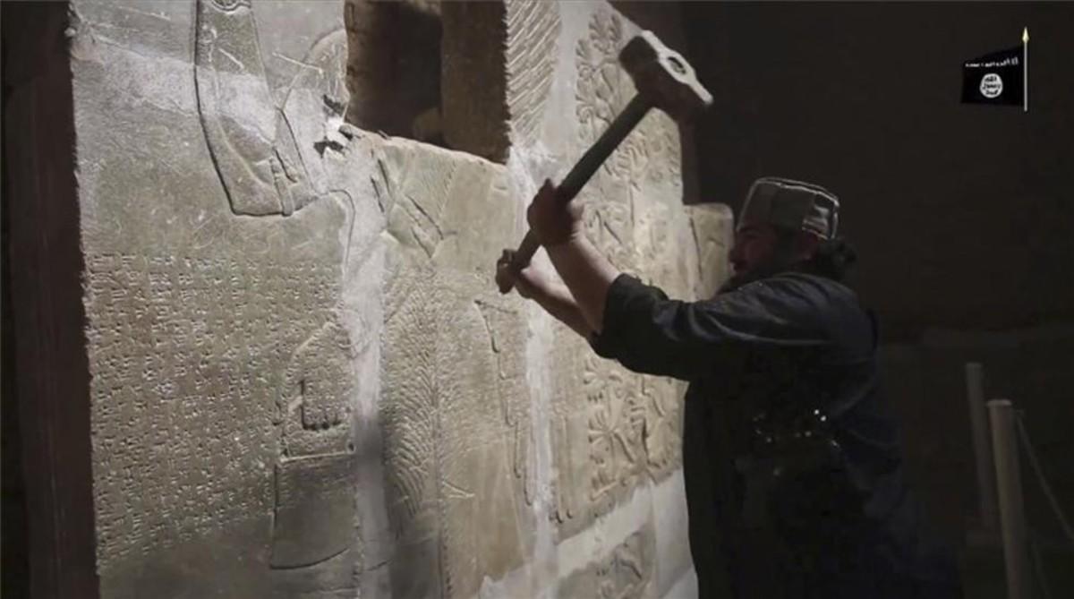 Captura de un vídeo de Estado Islámico que muestra cómo destruyen la ciudad de Nimrud.