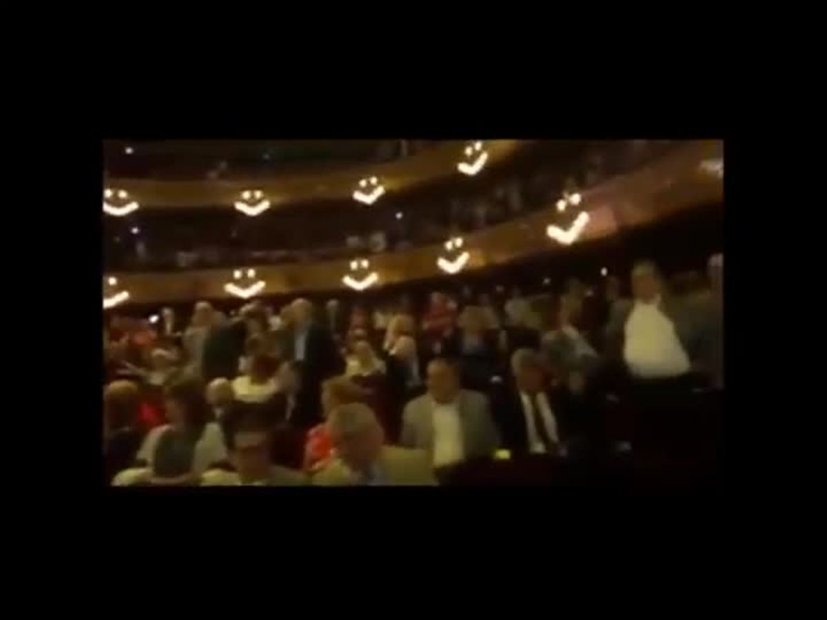 El público entona 'Els Segadors' en el Liceu