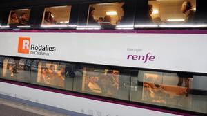 Un tren de Rodalies sale de la estación de Sants.
