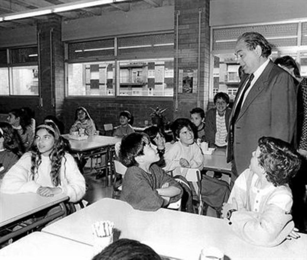 Jordi Pujol, en una escuela de Santa Coloma de Gramenet en 1988.