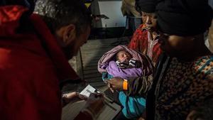 El bebé que fue rescatado junto con su madre por el barco de Open Arms.
