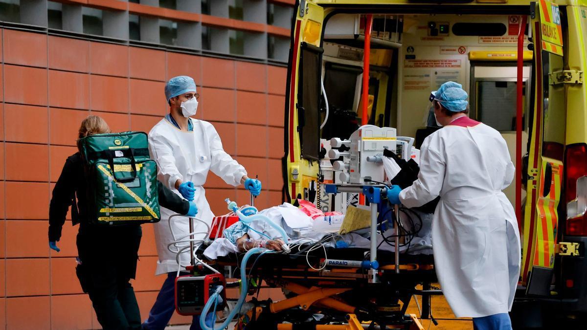 Unos sanitarios llevan en camilla a un paciente al Hospital Royal de Londres, este martes.