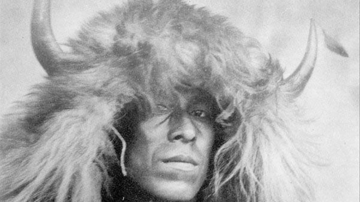 Una nativo americano, con un tocado con cuernos de búfalo.