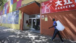 Algunos compradores se dirigen a las tiendas de los mayoristas chinos situadas en el polígono Badalona Sud, el pasado viernes.