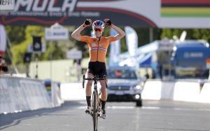 Anna van der Breggen se proclama campeona del mundo en Imola.