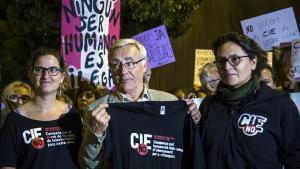 Ribó, en una imagen de archivo pero ya como alcalde de València, participa en una concentración para 'clausurar' el CIE de Zapadores