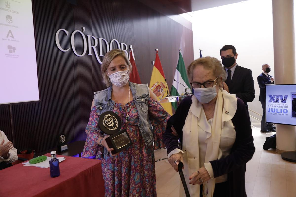 La família d'Ana Alba recull el premi de periodisme Julio Anguita Parrado