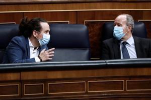 GRAF4765. MADRID, 21/10/2020.- El vicepresidente segundo, Pablo Iglesias (i), conversa con el ministro de Justicia,Juan Carlos Campo, durante la moción de censura de Vox al gobierno de coalición en el Congreso de los Diputados este miércoles. EFE/Mariscal
