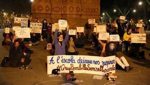 Concentración de familias que reivindican que sus hijos no deban llevar mascarilla en clase, en Barcelona.