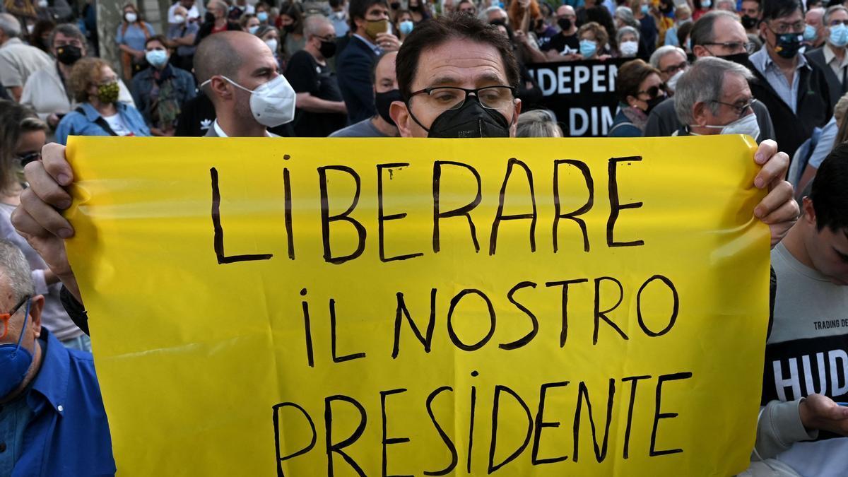 Concentración frente al Consulado Italiano en Barcelona para pedir la liberación de Carles Puigdemont.