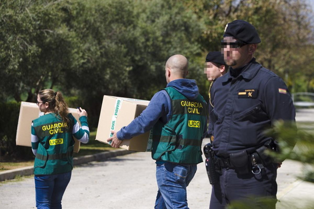Agentes de la Guardia Civil se llevan documentos en el marco de la operación contra el fraude en los cursos de formación en Andalucía, el pasado marzo en Málaga.