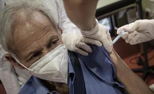 Un hombre de más de 80 años recibe la vacuna del covid de Pfizer en el CAP Bordeta-Magòria, en Barcelona.