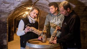 Mariona Rendé, Jordi Roig Rendé y Jordi Roig, con el Vi de Fang en la Boega Rendé Masdéu.