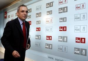 Rafael Simancas sale de lasede del PSOE en Madrid, en una imagen de archivo.