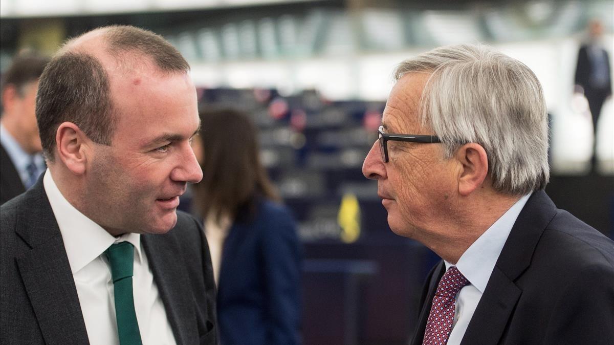 Imagen de archivo que muestra a Manfred Weber mientras conversa con el actual presidente de la Comision Europea,Jean-Claude Juncker, tras una sesión en el Parlamento Europeo el 17 de enero de 2018.