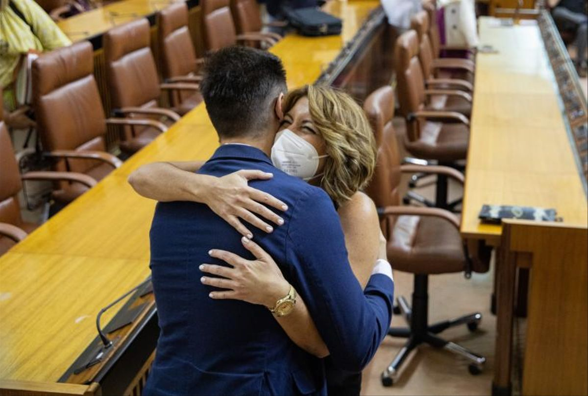 La expresidenta de la Junta y exlíder del PSOE-A, Susana Díaz, saluda a otro diputado momentos antes de ser designada senadora por el Parlamento andaluz, el pasado 21 de julio de 2021 en Sevilla.