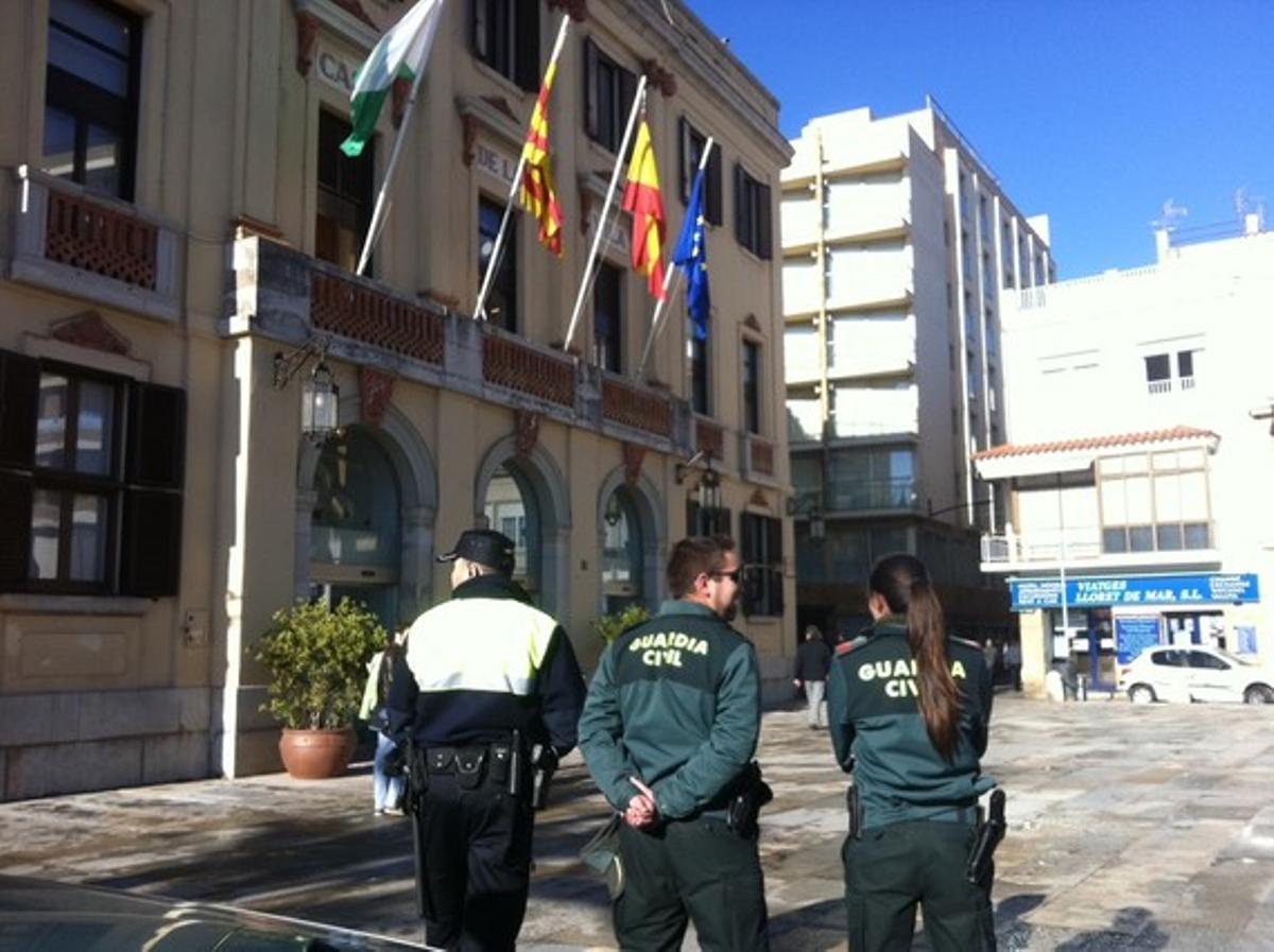 Un policía municipal y dos guardias civiles, frente al Ayuntamiento de Lloret, este viernes.