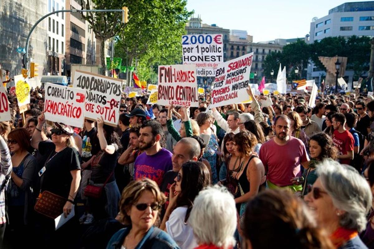 La manifestación ciudadana contra los recortes y la corrupción, a su paso por la plaza Catalunya.
