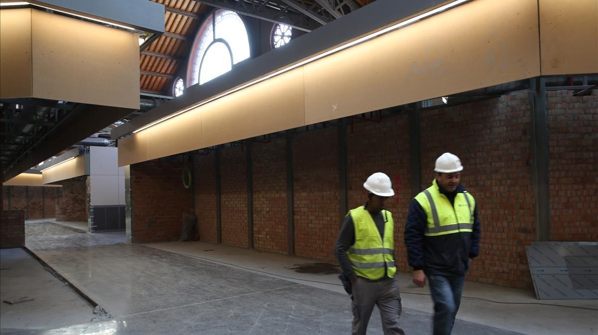 Pasillos con las estructuras de los puestos ya a punto para que los comerciantes creen sus establecimientos.