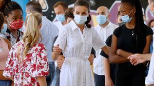 La reina Letizia y la princesa Leonor, durante su visitajunto al rey Felipe y la infanta Sofíaal proyecto socio-educativo Naüm de Palma para jóvenes en riesgo de exclusión social.
