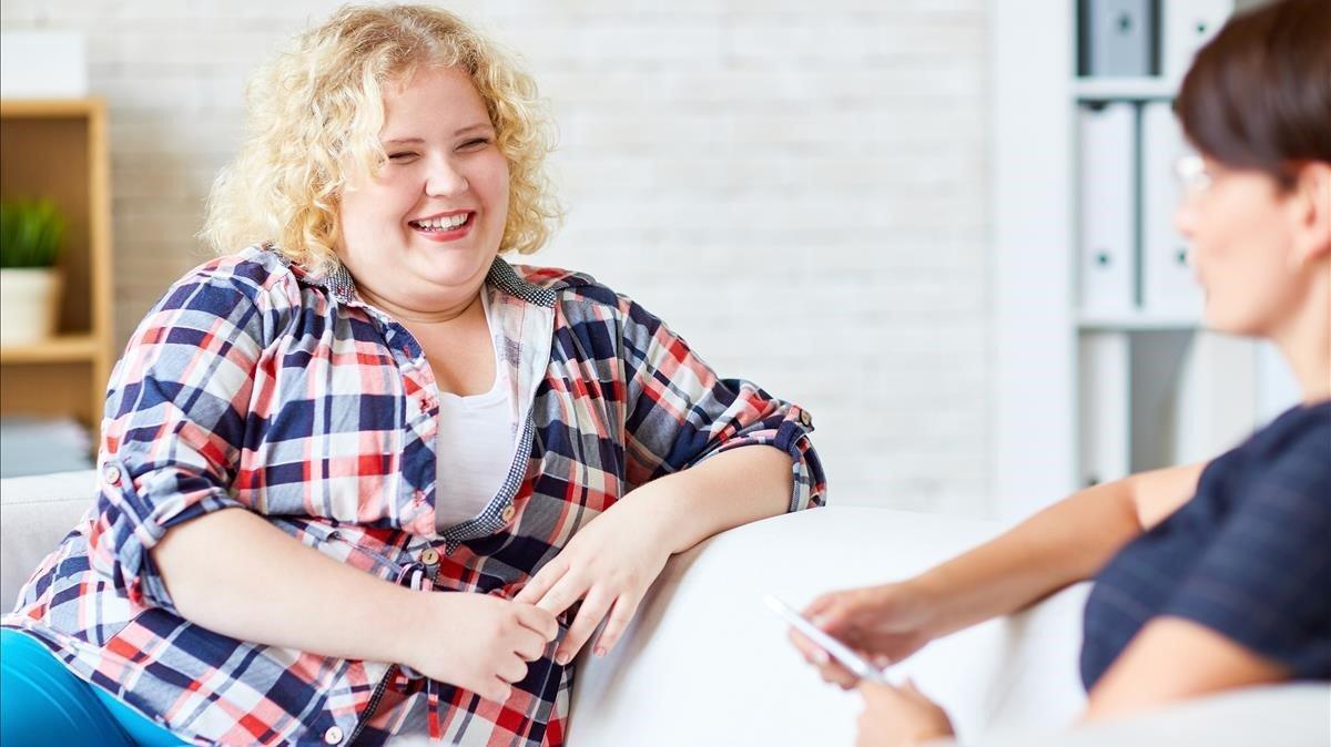 Mujer con sobrepeso en el psicólogo.