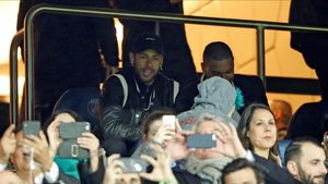 Neymar, en la grada en elPSG - Manchester United, sigue sin jugar con su club.