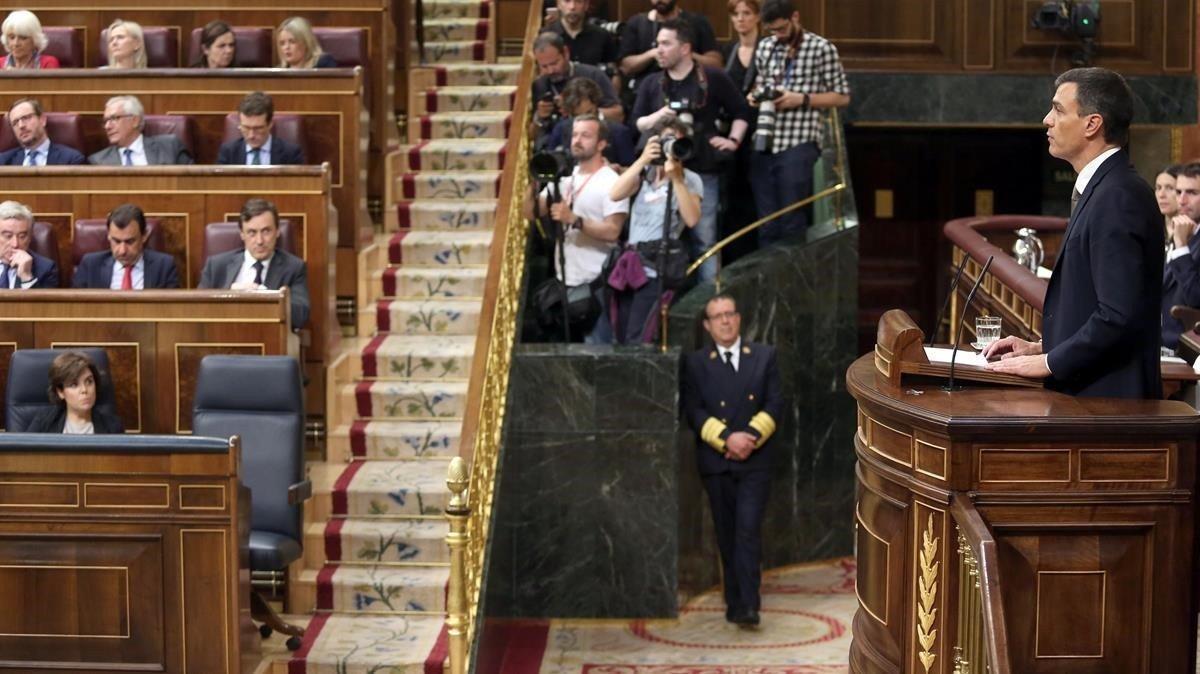 El candidato a presidente, Pedro Sánchez, habla en tribuna ante el escaño vacío de Mariano Rajoy.