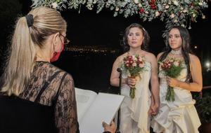 Primera pareja casadda en Costa Rica tras la aprobación de la ley de matrimonio homosexual.