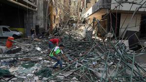 Limpieza de escombros en Beirut tras la explosión.