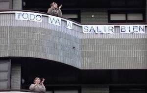 Vecinos del Hospital de Contingencia en la Feria de Valladolid salen a aplaudir al balcón, el viernes.