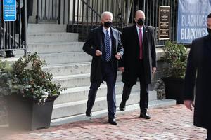 Biden, este domingo, tras salir de una misa a la que ha asistido en Washington.