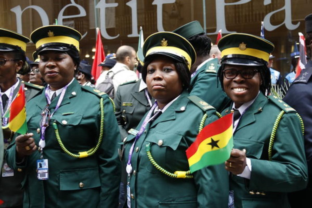 Agentes de policía de Ghana, durante el desfile de este domingo por las calles de Barcelona.