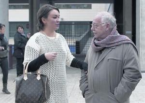 Pare i filla 8 La Marina i el seu pare adoptiu, Jordi Estivill, ahir, davant la comissaria de la Verneda.