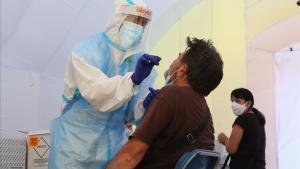 Realización de una prueba PCR en la carpa habilitada en Sabadell.