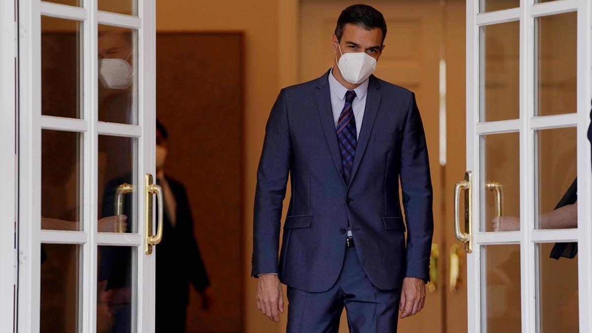 Pedro Sánchez asegura que pronto la mascarilla dejará de ser obligatoria en el exterior. En la foto, el presidente del Gobierno saluda al presidente de la República de Corea, Moon Jae-in, a su llegada al Foro Empresarial España-Corea.