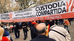 Cs se'n va de la marxa per la Constitució a BCN per una pancarta contra la llei antimasclista
