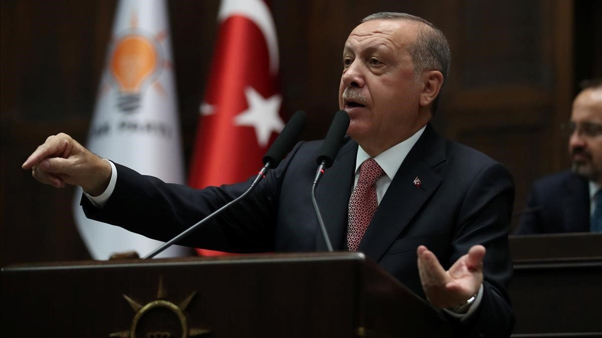 El presidente turco, Tayyip Erdogan se dirige a miembros del Parlamento durante una sesión del parlamento turco en Ankara.