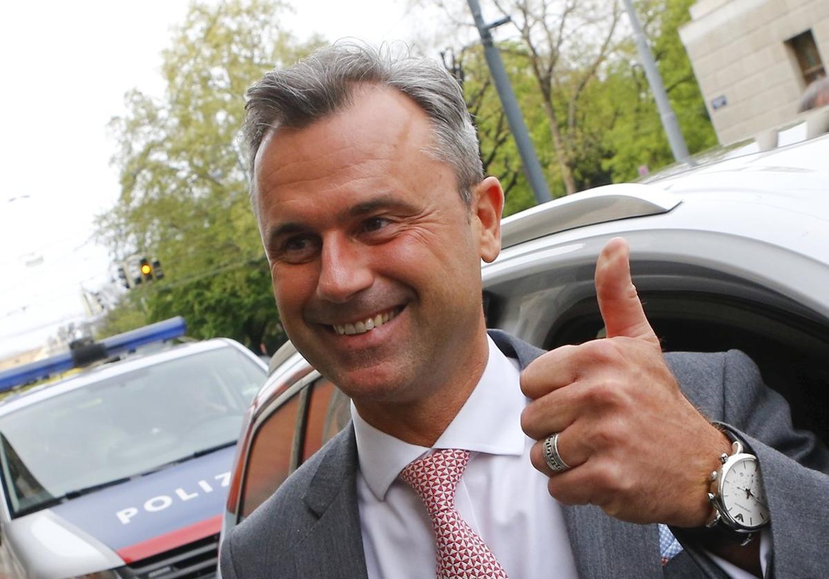Norbert Hofer llega a la sede del ultraderechista FPÖ, en Viena, este domingo.