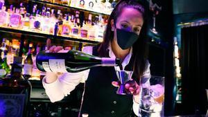 Cristina Bruno, 'bar manager' de Muticlub, prepara un cóctel con vino.