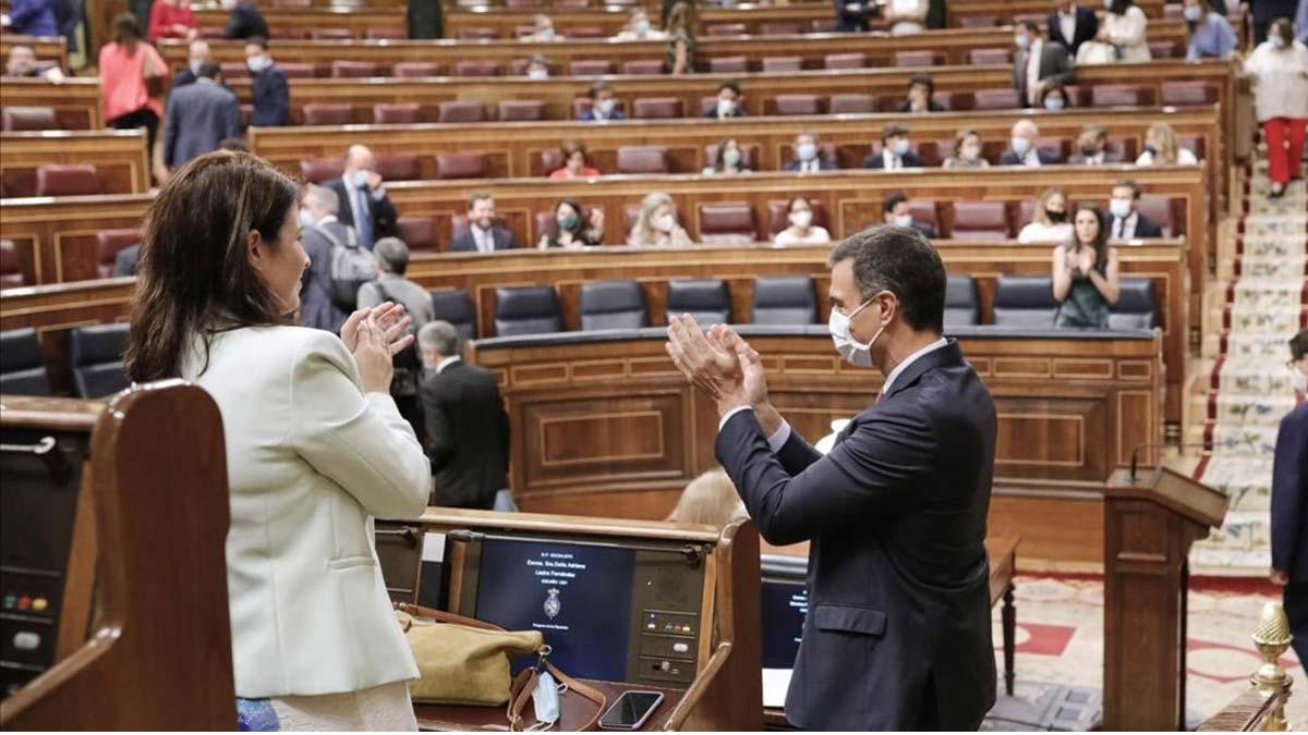 Sesión de control al Gobierno marcada por el acuerdo europeo. En la foto, Pedro Sánchez es recibido con aplausos a su llegada al Congreso.