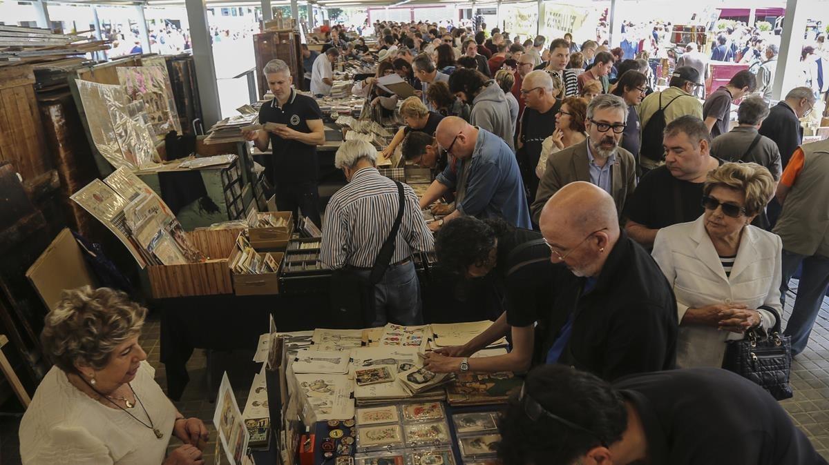 Concurrido estreno del mercado dominical de libros de Sant Antoni.