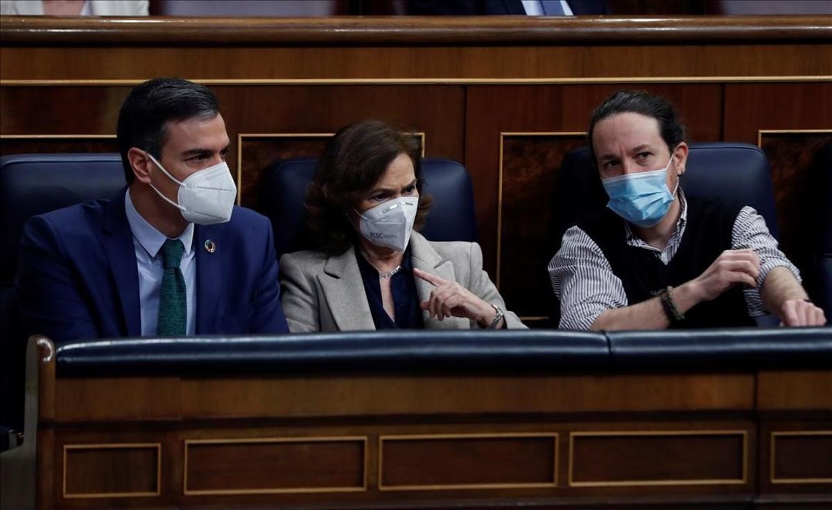El presidente del Gobierno, Pedro Sánchez,  y sus vicepresidentes, Carmen Calvo y Pablo Iglesias, en el Congreso.